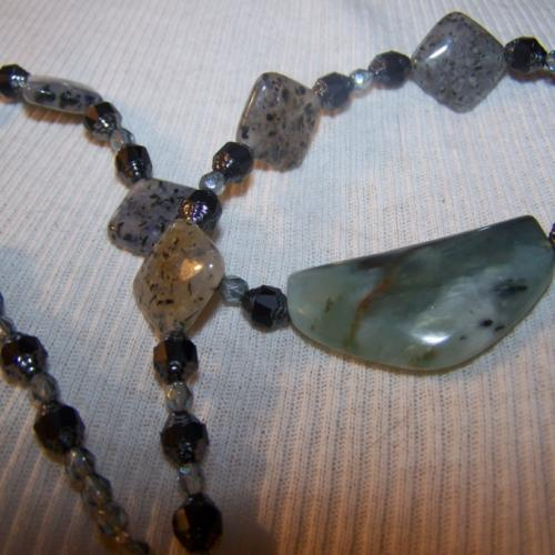 Moss-lovely serpentine quartz and glass necklace